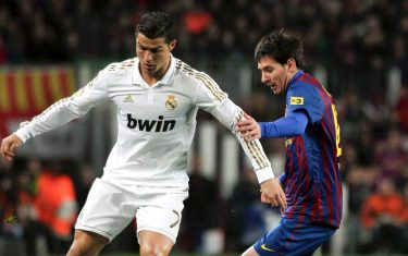 epa03078538 FC Barcelona's Lionel Messi (R) in action against Real Madrid's Cristiano Ronaldo (L) during their Spanish King's Cup quarter final second leg soccer match at Nou Camp stadium in Barcelona, Spain, 25 January 2012.  EPA/Toni Albir