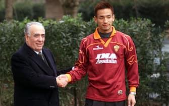 Roma 14/01/2000. Presentato ufficialmente alla stampa il neo-acquisto della Roma Hidetoshi Nakata, qui ritratto con il presidente Sensi.©giuseppe giglia