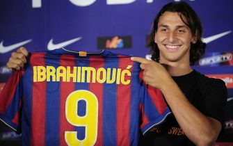 ©AP/Lapresse27/07/2009  BarcellonaEsteroPresentazione di Zlatan Ibrahimovic  allo stadio CampNou a Bercellonanella foto: Zlatan Ibrahimovic Barcelona's new signing Zlatan Ibrahimovic of Sweden poses with his jersey during his official presentation at the Camp Nou Stadium in Barcelona, Spain, Monday, July 27, 2009. (AP Photo/Manu Fernandez)