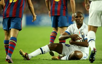 Inter Milan's Samuel Eto'o clutches the ball after a challenge