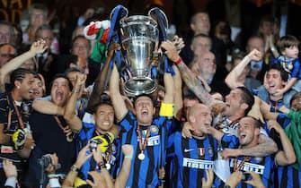 FOOTBALL - UEFA CHAMPIONS LEAGUE 2009/2010 - FINAL - BAYERN MUNCHEN v INTERNAZIONALE - 22/05/2010 - PHOTO FRANCK FAUGERE / DPPI - CELEBRATION INTERNAZIONALE - JAVIER ZANETTI WITH TROPHY