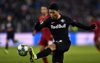 epa08060808 Hee Chan Hwang of FC Salzburg in action during the UEFA Champions League group E soccer match between FC Salzburg and Liverpool FC in Salzburg, Austria, 10 December 2019.  EPA/LUKAS BARTH