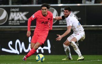 epa08220265 Paris Saint Germain's Edinson Cavani (L) and Arturo Calabresi (R) of Amiens in action during the French Ligue 1 soccer match between SC Amiens and Paris Saint Germain (PSG) at the Licorne stadium in Amiens, France, 15 February 2020.  EPA/CHRISTOPHE PETIT TESSON
