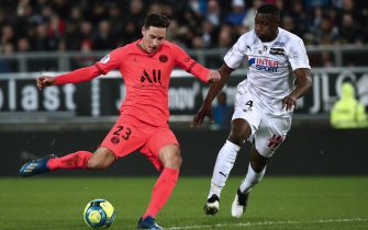 epa08220292 Paris Saint Germain's Julian Draxler (L) and Nicholas Opoku (R) of Amiens in action during the French Ligue 1 soccer match between SC Amiens and Paris Saint Germain (PSG) at the Licorne stadium in Amiens, France, 15 February 2020.  EPA/CHRISTOPHE PETIT TESSON