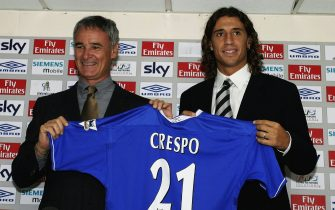 """LONDON - AUGUST 29:  Hernan Crespo Chelsea's new signing and Chelsea manager Claudio Ranieri hold up a """"Crespo 21"""" Chelsea shirt during a press conference on August 29, 2003 at Stamford Bridge, London.  (Photo by Craig Prentis/Getty Images)"""