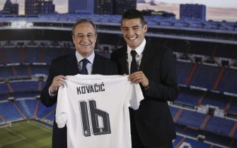 epa04889033 Croatian midfielder Mateo Kovacic (R) poses next to Real Madrid's President Florentino Perez during his presentation as new player of the team at Santiago Bernabeu in Madrid, Spain, 19 August 2015. Kovacic has signed a six-year contract with the Spanish club.  EPA/JUAN CARLOS HIDALGO