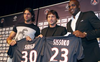 French L1 football club Paris Saint-Germain (PSG) newly recruited midfielder Mohamed Lamine Sissoko (R) and Italian goalkeeper Salvatore Sirigu (L) pose with Paris' coach and former Brazilian player, Leonardo (C) on July 28, 2011 during a press conference at the Parc des Princes stadium in Paris.  AFP PHOTO / PIERRE VERDY (Photo credit should read PIERRE VERDY/AFP via Getty Images)