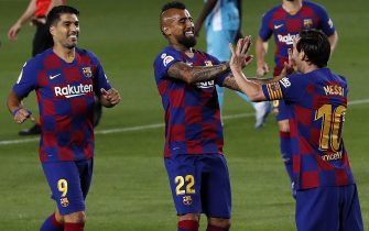 epa08489464 FC Barcelona's Leo Messi (R) celebrates with Arturo Vidal (C) and Luis Suarez (L) after scoring the second goal during the Spanish LaLiga soccer match between FC Barcelona and CD Leganes at Camp Nou stadium in Barcelona, Spain, 16 June 2020.  EPA/ALBERTO ESTEVEZ