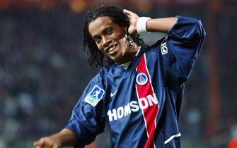 le milieu de terrain brésilien du PSG Ronaldinho, auteur des premiers buts pour son équipe, salue les supporteurs parisiens, le 26 octobre 2002 au Parc des princes à Paris, à l'issue de la rencontre Paris-Saint-Germain/Olympique de Marseille comptant pour la 12e journée du championnat de France de football de Ligue 1. Le PSG remporte le match 3 à 0.  AFP PHOTO  JACQUES DEMARTHON / AFP PHOTO / -        (Photo credit should read -/AFP via Getty Images)