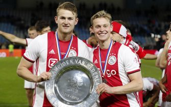 (L-R) Matthijs de Ligt of Ajax, Frenkie de Jong of Ajax with the trophy, dish during the Dutch Eredivisie match between De Graafschap Doetinchem and Ajax Amsterdam at De Vijverberg stadium on May 15, 2019 in Doetinchem, The Netherlands(Photo by VI Images via Getty Images)