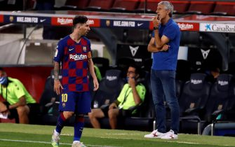 epa08535568 FC Barcelona's head coach Quique Setien (R) and forward Leo Messi (L) during the Spanish LaLiga soccer match between FC Barcelona and RCD Espanyol at Camp Nou stadium in Barcelona, north-eastern Spain, 08 July 2020.  EPA/ALBERTO ESTEVEZ