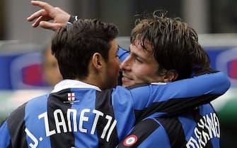 20070104 - MILANO SPR - CALCIO: INTER - PARMA. Maxwell (d) autore del gol dell 1 a 0 neroazzutro festeggiato da Javier Zanetti. DANIEL DAL ZENNARO/ANSA