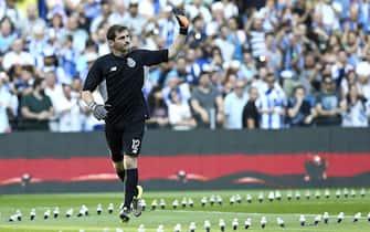 epa04877606 FC Porto's new player Spanish Iker Casillas greets fans during FC Porto presentation for the upcoming season 2015/2016 at Dragao stadium, Porto, Portugal, 08 August 2015.  EPA/ESTELA SILVA