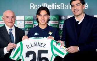 epa07287588 Real Betis new player Mexican winger Diego Lainez (C) poses for the photographers with Real Betis president Angel Haro (R) and sports vice president Lorenzo Serra Ferrer (L) during his presentation at Benito Villamarin stadium in Seville, Andalusia, Spain, 15 January 2019.  EPA/Jose Manuel Vidal