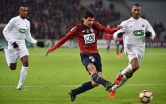 Lille's Martin Terrier (C) kicks the ball during the France Cup football match between Lille (LOSC) and As Excelsior on January 7, 2017 in Villeneuve d'Ascq, northern France. / AFP / Philippe HUGUEN        (Photo credit should read PHILIPPE HUGUEN/AFP via Getty Images)