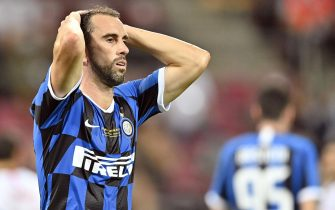epa08617228 Diego Godin of Inter reacts after an own goal (2-3) by Romelu Lukaku during the UEFA Europa League final match between Sevilla FC and Inter Milan in Cologne, Germany 21 August 2020.  EPA/Martin Meissner / POOL