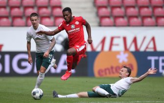 epa08497793 Bote Baku (C) of Mainz and Christian Gross of Bremen in action during the German Bundesliga soccer match between 1. FSV Mainz 05 and SV Werder Bremen at Opel Arena in Mainz, Germany, 20 June 2020.  EPA/Alex Grimm / POOL DFL regulations prohibit any use of photographs as image sequences and/or quasi-video.