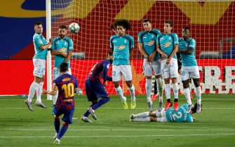epa08550662 FC Barcelona's Leo Messi (2-L) kicks the ball during the Spanish LaLiga soccer match between FC Barcelona and CA Osasuna held at Camp Nou Stadium, in Barcelona, Spain, 16 July 2020.  EPA/Alberto Estevez
