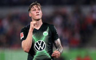 epa07840542 Wolfsburg's Wout Weghorst celebrates scoring the first goal during the German Bundesliga soccer match between Fortuna Duesseldorf and VfL Wolfsburg in Duesseldorf, Germany, 13 September 2019.  EPA/FRIEDEMANN VOGEL CONDITIONS - ATTENTION: The DFL regulations prohibit any use of photographs as image sequences and/or quasi-video.
