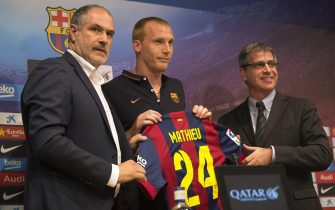 epa04329299 FC Barcelona new signing French defender Jeremy Mathieu (C) poses for the media with Sports Director Andoni Zubizarreta (L) and Vice President Jordi Mestre (R) during his presentation at Camp Nou stadium, in Barcelona, northeastern Spain, 24 July 2014. Barcelona signed the French international Jeremy Mathieu from Spanish side Valencia. The 30-year-old joined the club on a four-year contract, the Barcelona homepage said. Barca will reportedly pay all of Mathieu's buyout clause of 20 million euros (26.9 million dollars).  EPA/ALEJANDRO GARCIA  EPA/ALEJANDRO GARCIA
