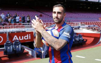 epa05530213 FC Barcelona's new player Paco Alcacer poses for photographers during his presentation as new player of the team at the Camp Nou stadium in Barcelona, Spain, on 08 September 2016.  EPA/ALEJANDRO GARCIA