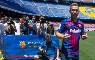 epa06883423 Brazilian midfielder Arthur Melo (R) poses for photographers during his presentation as new FC Barcelona's player in Barcelona, Spain, 12 July 2018. Melo signed a contract until June 2024.  EPA/Enric Fontcuberta