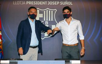 epa08626937 A handout photo made available by FC Barcelona of the club's president Josep Maria Bartomeu (L) and Portuguese striker Francisco Trincao (R) during Trincao's presentation as new player of the Spanish La Liga soccer club in Barcelona, Spain, 26 August 2020. Trincao signed a five-year-contract with FC Barcelona.  EPA/MIGUEL RUIZ / FC BARCELONA HANDOUT  HANDOUT EDITORIAL USE ONLY/NO SALES