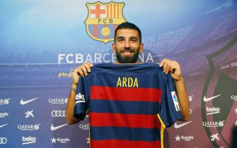 epa04840109 FC Barcelona's new Turkish midfielder Arda Turan poses for photographers during his presentation as new player of Spanish Primera Division champion in Barcelona, Spain, 10 July 2015. Turan signed a five-year contract but will have to wait for six months until he is allowed to play in the Catalan club due to the sanctions imposed by the FIFA to FC Barcelona.  EPA/ALEJANDRO GARCIA