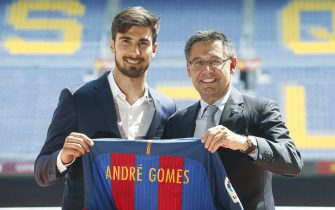 epa05443492 FC Barcelona's new player Portuguese Andre Gomes (L) poses with the President of FC Barcelona, Josep Maria Bartomeu, during his presentation as new midfielder of the Spanish Primera Division League's club at the Camp Nou stadium in Barcelona, northeastern Spain, 27 July 2016. Gomes signed a five-season contract with FC Barcelona.  EPA/ANDREU DALMAU