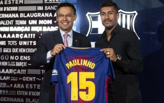 epa06148293 FC Barcelona's President Josep Maria Bartomeu (L) poses next to club's new Brazilian midfielder Jose Paulo Bezerra 'Paulinho' during his presentation at the Camp Nou stadium, in Barcelona, Spain, 17 August 2017. Paulinho, from Chinese Guangzhou Evergrande, signed a four-year contract with the team after the club paid 40 million euro.  EPA/QUIQUE GARCIA
