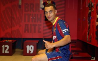 epa08716237 A handout photo made available by Spanish La Liga soccer club FC Barcelona of US defender Sergino Dest posing during his presentation as new player of FC Barcelona at Camp Nou in Barcelona, Spain, 02 October 2020.  EPA/MIGUEL RUIZ - FC BARCELONA HANDOUT  HANDOUT EDITORIAL USE ONLY/NO SALES