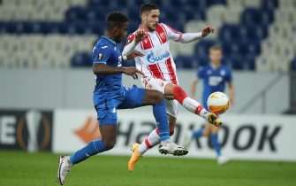 epa08766177 Diego Falcinelli (R) of Crvena Zvezda is tackled by Ryan Sessegnon of TSG 1899 Hoffenheim during the UEFA Europa League Group L soccer match between TSG Hoffenheim and Crvena Zvezda at PreZero-Arena in Sinsheim, Germany, 22 October 2020.  EPA/Alex Grimm / POOL