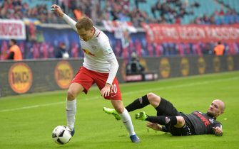 epa05814494 Leipzigs Benno Schmitz against Cologne's Konstantin Rausch during the game German Bundesliga soccer match between RB Leipzig and FC Cologne in Leipzig, Germany, 25 February 2017.  EPA/CHRISTIAN MODLA