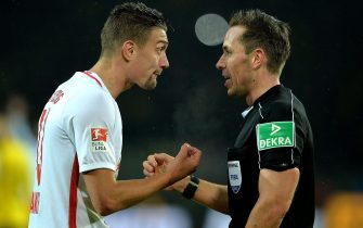 epa05771411 Leipzig's Stefan Ilsanker (L) argues with referee Tobias Stieler during the German Bundesliga soccer match between Borussia Dortmund and RB Leipzig in Dortmund, Germany, 04 February 2017.  EPA/SASCHA STEINBACH EMBARGO CONDITIONS - ATTENTION: Due to the accreditation guidelines, the DFL only permits the publication and utilisation of up to 15 pictures per match on the internet and in online media during the match.