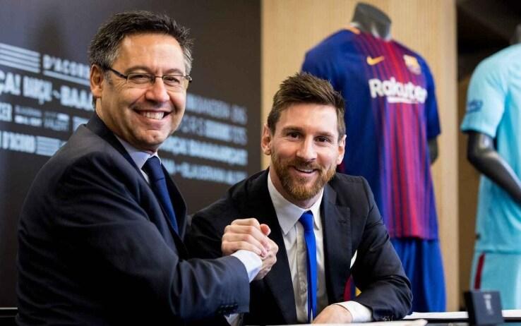 Bartomeu e Messi in occasione del rinnovo di contratto del 2017