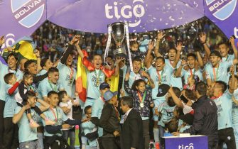 epa07585928 Club Bolivar's players celebrate being crowned the first place team Bolivia's Professional Division Championships, in La Paz, Bolivia, 19 May 2019.  EPA/Martin Alipaz
