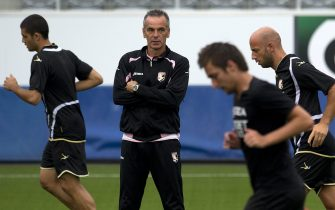 epa02853768 US Palermo head coach Stefano Pioli (C) during a training session in the Arena Thun in Thun, Switzerland, 03 August 2011. The club from Thun, Switzerland, will play against Italy's team US Palermo, in the UEFA Europa League 3rd qualification round on 04 August.  EPA/PETER SCHNEIDER