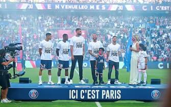 epa09414057 Paris Saint-Germain's new recruits Lionel Messi (R), Gianluigi Donnarumma (C), Achraf Hakimi (L), Sergio Ramos (2R), Georginio Wijnaldum  (2L) greet their fans during their presentation at the half-time of the French Ligue 1 soccer match between Paris Saint Germain and Strasbourg at the Parc des Princes stadium in Paris, France, 14 August 2021.  EPA/CHRISTOPHE PETIT TESSON