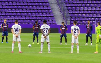 epa08521781 Players of Valladolid (front) and Levante (back) observe a minute of silence for the victims of the coronavirus COVID-19 pandemic prior to the Spanish La Liga soccer match between Real Valladolid and UD Levante at Jose Zorrila stadium in Valladolid, Spain, 01 July 2020.  EPA/R.GARCIA