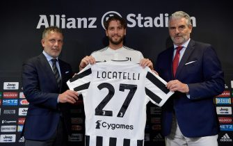 TURIN, ITALY - AUGUST 20: Juventus player Manuel Locatelli with Federico Cherubini and Maurizio Arrivabene during a press conference at Allianz Stadium on August 20, 2021 in Turin, Italy. (Photo by Daniele Badolato - Juventus FC/Juventus FC via Getty Images)