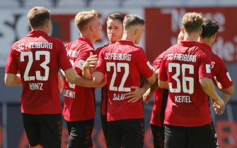 epa08512069 Freiburg players celebrate their 2-0 lead during the German Bundesliga soccer match between SC Freiburg and FC Schalke 04 in Freiburg, Germany, 27 June 2020.  EPA/RONALD WITTEK / POOL CONDITIONS - ATTENTION: The DFL regulations prohibit any use of photographs as image sequences and/or quasi-video.