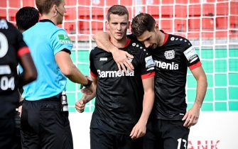 epa08666102 Leverkusen's Lars Bender (C) celebrates with his teammates after scoring the 1-0 lead during the German DFB Cup first round soccer match between Eintracht Norderstedt and Bayer Leverkusen at BayArena in Leverkusen, Germany, 13 September 2020.  EPA/SASCHA STEINBACH CONDITIONS - ATTENTION: The DFB regulations prohibit any use of photographs as image sequences and/or quasi-video.