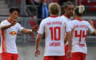 epa08664270 Leipzig's Hee Chan Hwang (L) and his teammates celebrate during the German DFB Cup soccer match between FC Nuernberg and RB Leipzig in Nuremberg, Germany, 12 September 2020.  EPA/PHILIPP GUELLAND CONDITIONS - ATTENTION: The DFL regulations prohibit any use of photographs as image sequences and/or quasi-video.