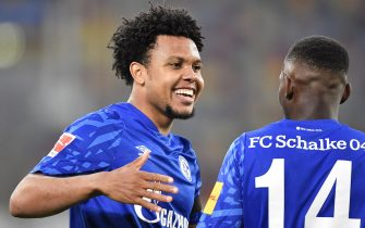 epa08448360 Schalke's Weston McKennie, left, celebrates with Schalke's Rabbi Matondo after scoring the 0-1 goal during the German Bundesliga soccer match between Fortuna Duesseldorf and FC Schalke 04 in Duesseldorf, Germany, 27 May 2020.  EPA/MARTIN MEISSNER / POOL CONDITIONS - ATTENTION:  The DFL regulations prohibit any use of photographs as image sequences and/or quasi-video.
