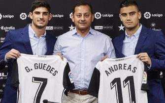 epa06190206 A handout photo made available by Spanish soccer club Valencia CF shows the club's President Anil Murthy (C) posing with new players Andreas Pereira (R) and Goncalo Guedes (L) during a press conference in Valencia, eastern Spain, 07 September 2017.  EPA/IVAN ARLANDIS/VALENCIA CF  HANDOUT EDITORIAL USE ONLY/NO SALES