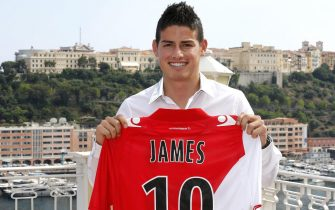 epa03781741 AS Monaco's Colombian forward James Rodriguez poses for photographers with his new jersey following a press conference in Monaco, 09 July 2013. French Ligue 1 soccer club AS Monaco have signed James Rodriguez from FC Porto for 45 million euros.  EPA/SEBASTIEN NOGIER