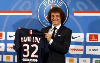 epa04344054 Brazilian player David Luiz (R) holds up his Paris Saint Germain jersey after he gave a press conference, on his official presentation as a new player for the Paris Saint Germain (PSG) soccer team in Paris, France, 07 August 2014.  EPA/ETIENNE LAURENT