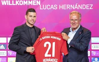 epa07703572 New FC Bayern Munich player Lucas Hernandez (L) and Bayern Munich's chairman of the board Karl-Heinz Rummenigge pose during Hernandez' presentation at the Allianz Arena in Munich, Germany, 08 July 2019. Munich signed Hernandez from Spanish side Atletico Madrid.  EPA/LUKAS BARTH-TUTTAS