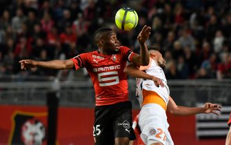 Rennes' Senegalese striker Diafra Sakho (L) vies with Montpellier's Uruguayan midfielder Facundo Piriz during the French L1 football match Rennes against Montpellier on May 19, 2018 at the Roazhon park stadium in Rennes, western France. (Photo by DAMIEN MEYER / AFP)        (Photo credit should read DAMIEN MEYER/AFP via Getty Images)
