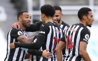 epa08791302 Callum Wilson (L) of Newcastle celebrates with teammates after scoring the 2-0 during the English Premier League soccer match between Newcastle United and Everton FC in Newcastle, Britain, 01 November 2020.  EPA/Alex Pantling / POOL EDITORIAL USE ONLY. No use with unauthorized audio, video, data, fixture lists, club/league logos or 'live' services. Online in-match use limited to 120 images, no video emulation. No use in betting, games or single club/league/player publications.